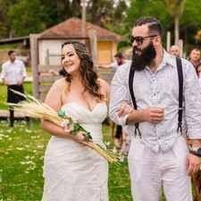 Como gastei menos de 5 mil reais no casamento dos meus sonhos! Panama Hat, Wedding Dresses, Fashion, Wedding Budgeting, Marriage Pictures, Wedding Inspiration, Dress Wedding, Wedding Script, Bride Dresses