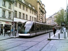 In France, cars do NOT automatically monopolize city streets. Trams get their own lanes (cars prohibited) shared with bikes and people (imagine THAT!) Plus their rail vehicles are gorgeous . Wake up America. Rail Transport, Public Transport, Bio Design, City Works, Japan Train, New Urbanism, Agricultural Practices, Eco City, Urban Design Plan