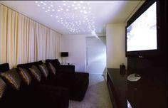 Iluminação indireta através da fibra ótica no teto formando um céu estrelado e a iluminação direta a cargo de dicróicas (50W) embutidas no forro de gesso. Arquiteta Sueli Adorni