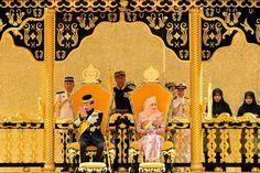 La plus clinquante  Ce samedi 15 août, le sultan de Brunei Hassanal Bolkiah, l'un des hommes les plus riches du monde, a célébré, en famille, son 69e anniversaire sous les ors du palais Istana Nurul Iman à Bandar Seri Begawan.