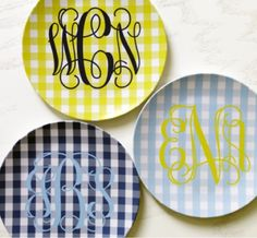 Gingham and monogram plates Southern Charm, Southern Living, Southern Style, Southern Girls, Country Living, Plaid Fabric, Cricut Creations, Vinyl Projects, Silhouette Projects