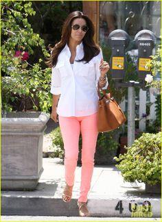 Eva Longoria Photos Photos: Eva Longoria Makes a Trip to the Beauty Salon Eva Longoria Style, Colored Pants Outfits, Colored Jeans, Eva Longoria Desperate Housewives, Daily Fashion, Vogue, Inspiration Mode, Over 50 Womens Fashion, Looks Chic