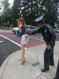 25 Hilarious Photos of People Having Too Much Fun With Statues - Viral Fun Epic Pictures, Pictures Of People, Epic Photos, Strange Photos, Stupid Funny Memes, Funny Relatable Memes, Funny Fails, Funny Stuff, Funny Things