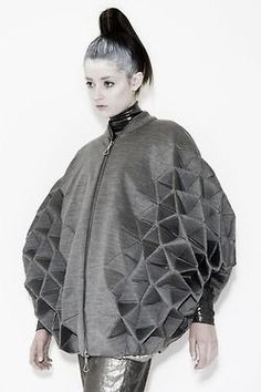 Geometric Fashion with faceted structure – triangle tessellation, shape & v. - Geometric Fashion with faceted structure – triangle tessellation, shape & volume; Origami Fashion, 3d Fashion, Fashion Fabric, Fashion Details, New York Fashion, Ideias Fashion, Fashion Design, Fashion Trends, Fashion Ideas