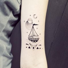 Premier petit tattoo fait à Bleu Noir Biarritz :) merci Sara ! #boat #wave #tattoo #geometrictattoo #violette #bleunoir #bleunoirtattoo #violettetattoo #dotwork #blackwork #blackworkers #blackworkerssubmission #blacktattoo #blacktattoomag #blacktattooart #btattooing #iblackwork #inkstinctsubmission #equilattera #darkartists