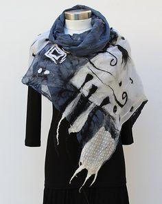 Handgefertigte abstrakte schwarz/weiß/grau-Nuno Filz große Schal/Wrap 18 X 67 Diese Nuno glaubte, dass Schal aus weicher Merinowolle durch eine Nuno erfolgte Filzen Prozess. Auf der Grundlage von Naturseide und Filz mit feinen italienischen wolle, Seide, Stoff und dekorative Fasern. Perfekt für jeden Anlass, vom Valentinstag, Geburtstage. Es ist dünn und luftig, sehr weich und zart anfühlt. Die klassische schwarze weiße und graue Farbe-Kombination ist ein Klassiker - schöne,...
