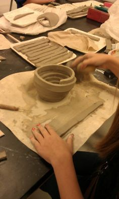 Terrific Pic slab Ceramics coil pots Tips Slab wrap vases. Coil building with slabs cut into coils. Score and slip to join. Hand Built Pottery, Slab Pottery, Ceramic Pottery, Pottery Art, Ceramics Projects, Clay Projects, Clay Crafts, Pottery Lessons, Pottery Classes