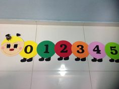 Todo trabalho em Eva contendo Numerais de 0 à 20 School Wall Decoration, School Decorations, Preschool Learning, Preschool Activities, Mickey Mouse Classroom, Classroom Rules Poster, Kindergarten Classroom Decor, Art For Kids, Crafts For Kids