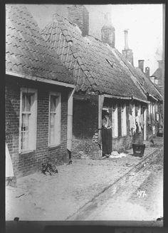1915 Groningen krotwoning aan een steeg Old Pictures, My Images, Netherlands, Holland, History, House Styles, City, Places, Outdoor