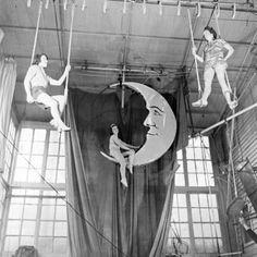 Circus: trapeze artists take on the Moon. Circus Art, Circus Theme, Circus Train, Circus Birthday, Birthday Parties, Vintage Photographs, Vintage Photos, Steampunk Circus, Circo Vintage