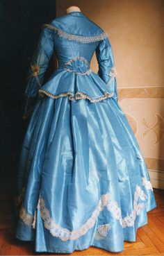 Two-piece dress (bodice and skirt) in taffeta blue. 1857.