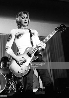 Guitarist Mick Ronson performs live on stage with The Hunter Ronson Band at Colston Hall in Bristol, England on April Get premium, high resolution news photos at Getty Images Ziggy Played Guitar, Mick Ronson, John Mellencamp, Best Guitarist, Glam And Glitter, Insta Pictures, Gibson Les Paul, Music Icon, Glam Rock