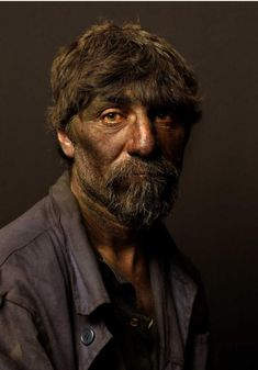 El elogiado fotógrafo Pierre Gonnord trae hoy a Asturias por primera vez algunas de las fotos de mineros que hizo en 2008