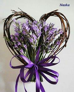 Heart Wreath - The little thins - Event planning, Personal celebration, Hosting occasions Lavender Crafts, Lavender Wreath, Valentine Wreath, Valentine Decorations, Valentine Ideas, Valentine Heart, Valentine Crafts, Diy Spring Wreath, Diy Wreath