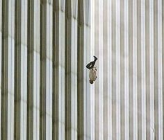 The Falling Man: fotografía tomada por Richard Drew durante los atentados del 11 de septiembre de 2001 contra las torres gemelas, a las 9:41:15 de la mañana. Se puede ver a un hombre caer desde una de las torres, quien seguramente eligió saltar al vacío en lugar de morir por el calor y el humo.