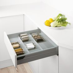 This flat rack allows all kinds of spice containers to be stored neatly, even in shallow drawers. Spice Containers, Kitchen Organization, Floating Nightstand, Designer, Kitchen Design, Spices, The Unit, Shallow, Drawers