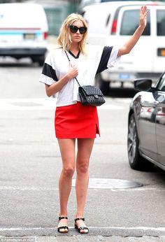 Elsa Hosk faz hi-low com t-shirt esportiva, mini saia vermelha e bolsa Chanel