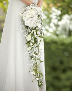 Bridal bouquets cream and white - Wedding Dresses & Planning Cascading Wedding Bouquets, Wedding Ceremony Flowers, Cascade Bouquet, Wedding Veils, Bridal Flowers, Flower Bouquet Wedding, White Bouquets, White Wedding Dresses, Flower Arrangements