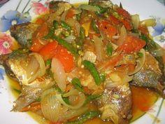 IKAN KEMBUNG BUMBU IRIS   Resep Mbak Asri Seafood Diet, Fish And Seafood, Seafood Recipes, Indonesian Food, Indonesian Recipes, Asian Cooking, Catering, Food And Drink, Homemade