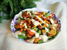 Tämä helppo ja nopea curry-kikhernesalaatti syntyy kätevästi vaikka lounaalle tai illalliselle. Kikherneet, perunat tai bataatti paistumaan uuniin mauisteissa ja sillä aikaa voi valmistaa kastikkeen ja muut salaatin lisukkeet. Tämä salaatinkastike syntyi inspiraation kautta yhtenä päivänä ja siitä l