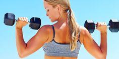 femme blonde ciel bleu brassiere fitness halteres