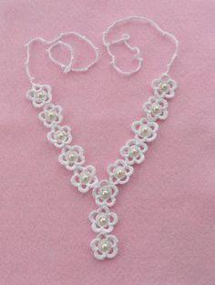 Mano de ganchillo con nieve blanca 100% hilo de algodón y acabado con perlas de cristal blanco perla este conjunto es ligero y cómodo de llevar.    Cada flor aprox. 3,5 cm de diámetro    Pendientes aprox. longitud: 7,5 cm tienen plata plateado ganchos.    Pulsera coincidente disponible:    https://www.etsy.com/listing/129535594/crochet-bracelet-White-bracelet-Daisy?Ref=shop_home_active    Viene en bolsa de organza bonita.    Todas mis piezas son hechas desde el corazón y cuidadosamente a…