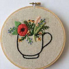 Blumen in Tassenstickerei - Hand Embroidery Stitches Diy Embroidery Patterns, Hand Embroidery Projects, Flower Embroidery Designs, Simple Embroidery, Hand Embroidery Stitches, Embroidery Hoop Art, Modern Embroidery, Embroidery Techniques, Cross Stitch Embroidery