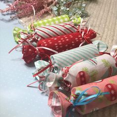 DIY Quick and Easy Fabric Christmas Crackers! Simple step by step tutorial to make Fabric Christmas Crackers that you can use year after year - or give away Christmas Gift Bags To Sew, Diy Christmas Crackers, Gingerbread Christmas Decor, Christmas Sewing Projects, Summer Christmas, Christmas Favors, Christmas Wrapping, Simple Christmas, Christmas Crafts