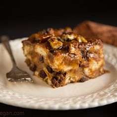 This vegan bread pudding full of the aromatic flavors of cinnamon, ginger, and cloves, combined with the rich, amber taste of maple syrup. Vegan Sweets, Vegan Desserts, Vegan Recipes, Vegan Foods, Vegan Dishes, Free Recipes, Vegan Pumpkin Bread, Spiced Pumpkin, Vegan Bread Pudding