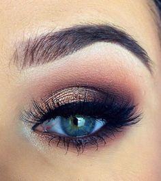 В зависимости от предназначения (дневной или вечерний) в макияже смоки айс для голубых глаз можно использовать различные оттенки косметики