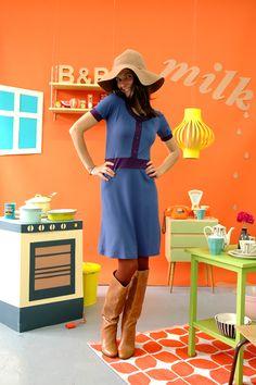Schönes Kleid in blau aus weicher Viskose. Abgesetzt mit lilafarbenen Bündchen und verziert mit einer Knopfleiste.        Das Kleid ist erhältlich in