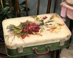Brocante Brie, Sweet baby dreams - Ideal World Vintage Suitcase Decor, Decoupage Suitcase, Painted Suitcase, Shabby Chic Crafts, Vintage Crafts, Shabby Vintage, Pretty Storage Boxes, Deco Podge, Fabric Covered Boxes