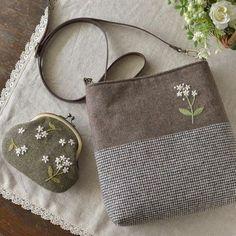 만들어서 선물 하고 싶어요#프랑스자수 #자수 #가방자수 Japanese Bag, Frame Purse, Embroidery Bags, Fabric Bags, Quilted Bag, Little Bag, Tote Purse, Handmade Bags, Small Bags