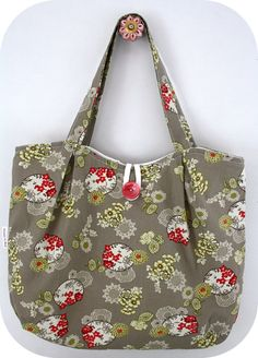 A custom order for one of my friends. I just love the fabric that I used for this bag.