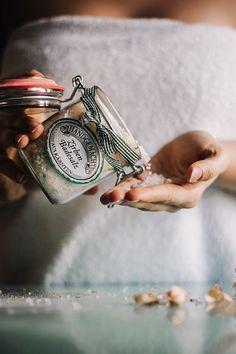 Die Wärme des Wassers umschmeichelt verspannte Muskeln, der harzige Duft der Zirbe beruhigt und entspannt, und so ganz nebenbei hilft das Meersalz auch zu entschlacken. Ohne chemische Zusätze und Konservierungsstoffe. Entspannendes Bad, Powdered Milk, Handmade Soaps, Sea Salt, Bath Salts