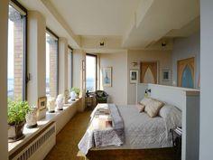 С помощью присоединения балкона удалось получить достаточно просторную спальную зону
