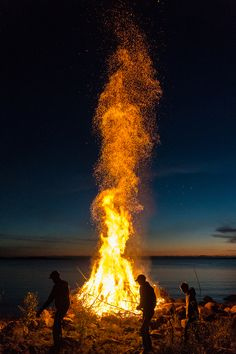 The traditional End of Summer Season festivity that is celebrated with large bonfires around Finland in August. This one in Himanka, shoreline of Northern Ostrobothnia | Venetsialaiset 2014, Himanka, Kalajoki