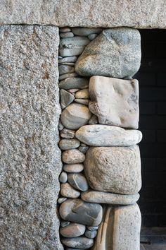 Magazine Stone houses are like something out of a Unique Home Stays Holiday. Stone houses are like something out of a Unique Home Stays Holiday. Dry Stone, Pebble Stone, Brick And Stone, Stone Work, Stone Walls, Stone Flooring, Le Mole, Stone Masonry, Sticks And Stones