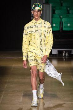 MSGM Spring 2020 Menswear Fashion Show Collection: See the complete MSGM Spring 2020 Menswear collection. Look 10 Unique Fashion, Fashion Looks, Mens Fashion, Fashion Design, Street Fashion, Vogue Paris, Dolly Fashion, Street Style Edgy, Couture