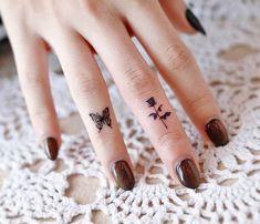Finger Tattoos Words, Inner Finger Tattoo, Thumb Tattoos, Middle Finger Tattoos, Cool Finger Tattoos, Simple Finger Tattoo, Finger Tattoos For Couples, Finger Tattoo For Women, Small Hand Tattoos