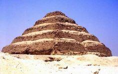 Pirámide de Dyeser-Nombre antiguo: La más Sagrada (Dyeser Deyeseru) N. moderno: La pirámide escalonada o el-Haram el-Mudarrag Faraón: Neteryjet (Dyeser, III dinastía) Tipo: Escalonada Dimensiones: L = 140 x 118 m h = 60 m a = 22º -Construida por Imhotep somo mastabas superpuestas