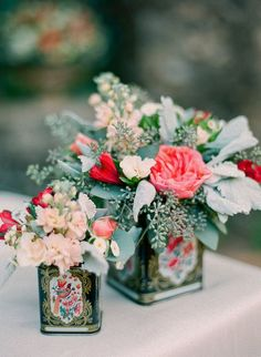 arranjos de flores em latas de azeite e biscoitos. Mais arranjos em: http://weshareideas.com.br/blog/10-arranjos-florais-com-objetos-diferentes/