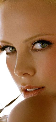 Charlize Theron - Always a beauty -cursed with a terminally beautiful face. Charlize Theron, Most Beautiful Eyes, Gorgeous Women, Beautiful People, Celebs, Celebrities, Classic Beauty, Woman Face, Green Eyes