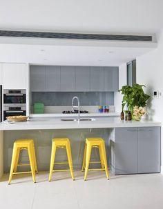 elements gris et blanc, plan de travail corian blanc, couleur accent jaune
