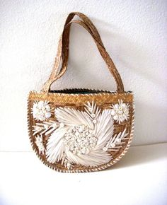 Vintage Straw Purse with White Raffia Flowers and Sea Shells - Straw Shoulder Bag - Handbag Vintage Accessories, Fashion Accessories, Women Accessories, Bags Online Shopping, Online Bags, Vintage Bags, Vintage Handbags, My Bags, Purses And Bags