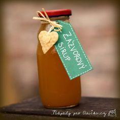 Zázvor, med, citrón a skořice jsou antibakteriální, plné vitamínů, posilují imunitu, pomáhají při nachlazení a dohromady skvěle chutnají. Zázvorový sirup lze vyrobit vařením nebo za studena. Já jsem vyráběla sirup za studena, vydrží kratší dobu, ale zachová si víc účinných látek. Na dvě lahvičky sirupu potřebujeme: <ul> <li>cca 2/3 sklenice medu (nejlépe lesní, aby nekrystalizoval)</li> <li>200 g zázvoru</li> <li>citrón</li> <li>1-2 kusy celé skořice</li> <li>můžeme přidat i hřebíček či…