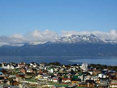 Ushuaia es considerado como el país más austral del mundo y tiene una belleza remota que atrae a visitantes de Argentina. Esta ciudad está situada en el Canal de Beagle y sirve como un lugar para las competiciones de invierno.