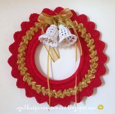 Risultati immagini per cochet para natal Crochet Christmas Wreath, Crochet Wreath, Holiday Crochet, Easter Crochet, Christmas Wreaths, Christmas Crafts, Christmas Decorations, Knitted Flowers, Crochet Snowflakes