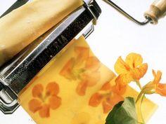 Nudeln herstellen mit Kapuzinerkresse ist ein Rezept mit frischen Zutaten aus der Kategorie Teig. Probieren Sie dieses und weitere Rezepte von EAT SMARTER!
