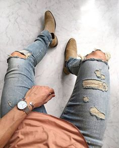 Ripped Jeans are all about mixing casual style with some formal wear and creating a very classy look. Ripped jeans are not just trendy but help soften your look with some touch of elegance. Fashion Mode, Look Fashion, Urban Fashion, Autumn Fashion, Mens Fashion, Fashion Trends, Street Fashion, Classy Fashion, Fashion News